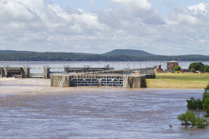 Serratura e diga di Robert S Kerr Reservoir durante l'inondazione, compreso il canale di scarico fotografie stock