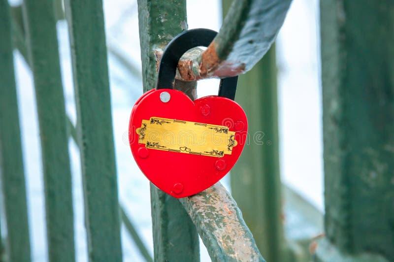 Serratura in forma di cuore che appende, concetto di amore immagine stock