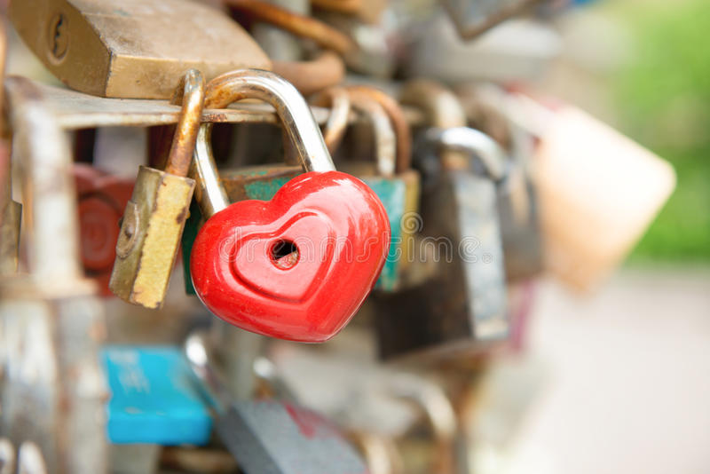 Serratura romanzesca rossa di amore fotografie stock libere da diritti