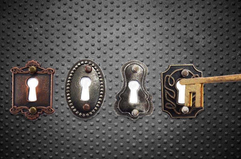 Serrature antiquate e chiave dell'oro immagine stock