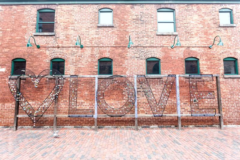 Serrature di amore al distretto della distilleria a Toronto fotografia stock