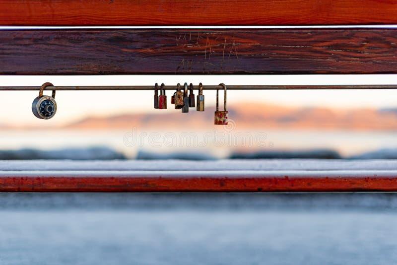 Serrature di amore dal mare in Reykajavik immagine stock libera da diritti