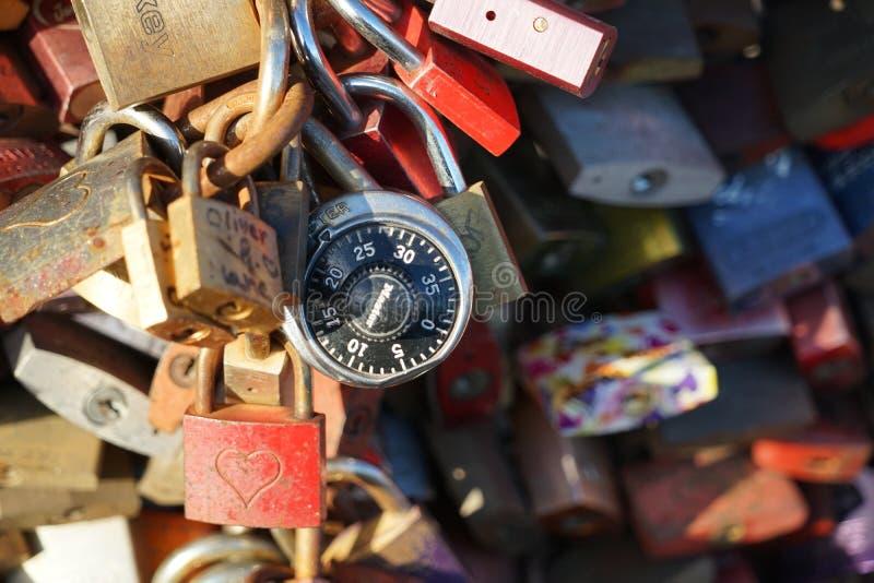 Serrature di amore vedute al ponte di Hohenzollern in Colonia fotografie stock libere da diritti