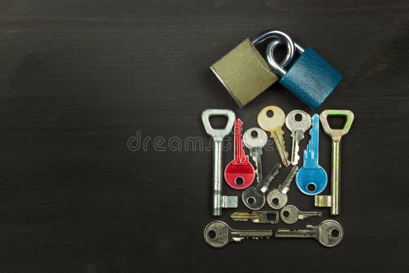 Serrature e chiavi su una tavola di legno Nuovo simbolo di amore e di felicità Serratura e cuore Tasto al cuore Amore Locked fotografia stock