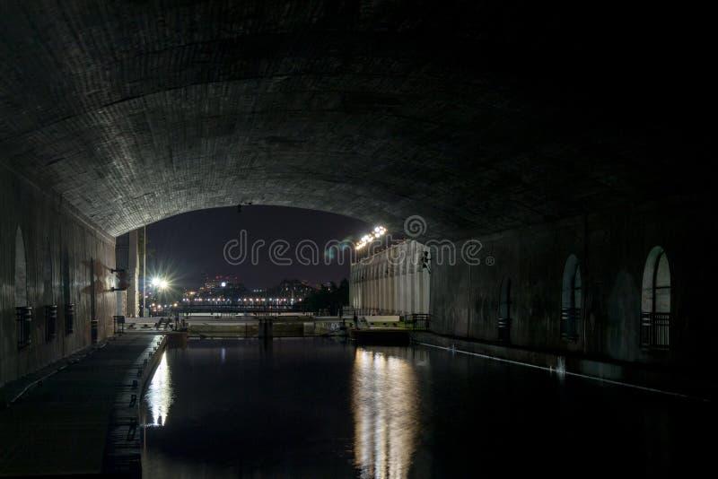 Serrature sotto il ponte alla notte fotografia stock