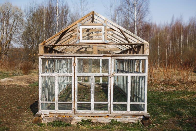 Serre chaude des fen?tres dans le jardin en premier ressort image libre de droits