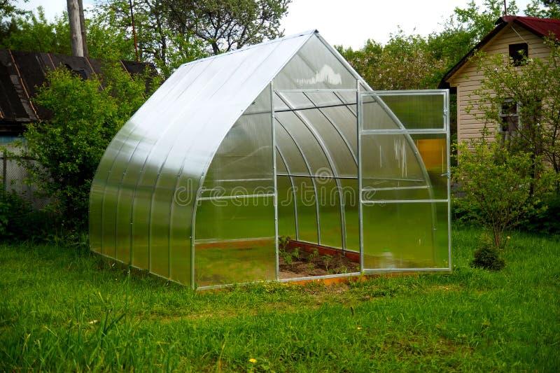 Serre chaude transparente dans le jardin photo libre de droits