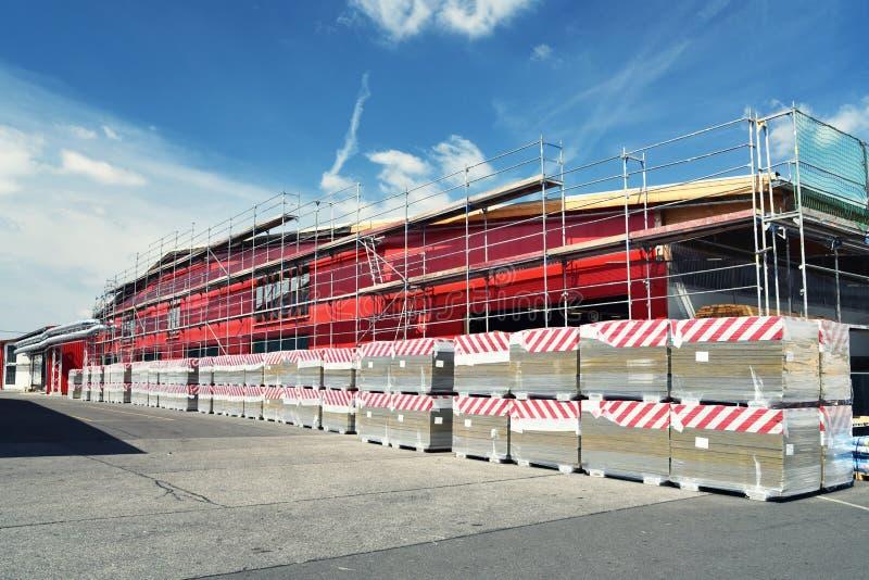 Serrería de la planta industrial - construcción de edificios industriales imagenes de archivo
