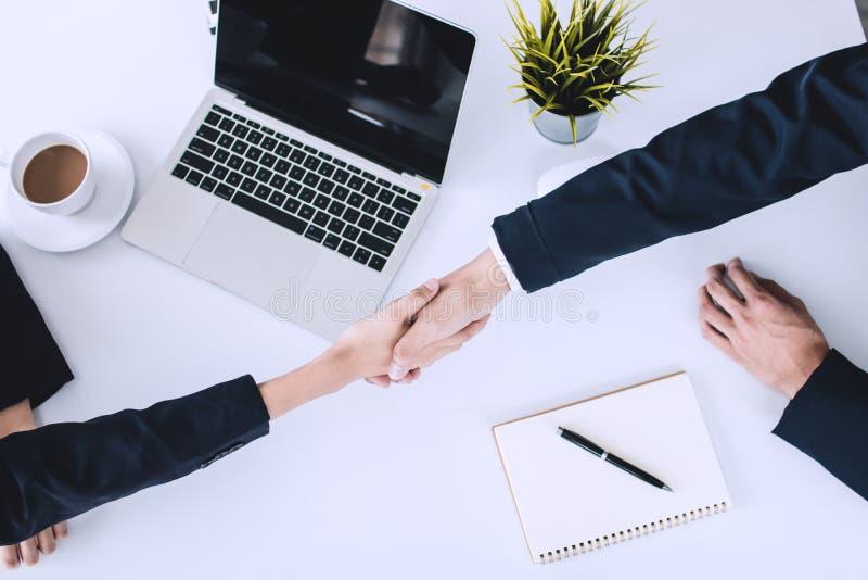 Serrer la main et négociation réussie des hommes d'affaires image libre de droits