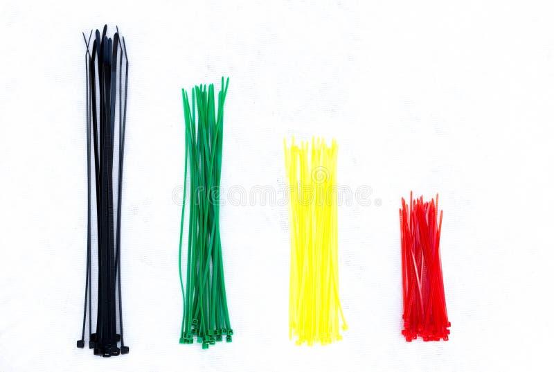 Serres-câble colorés d'isolement photographie stock