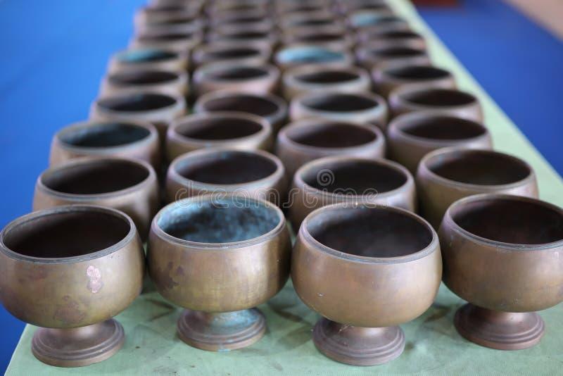 Serrez beaucoup de vieux métaux dans des temples thaïlandais, milieux de cru image libre de droits
