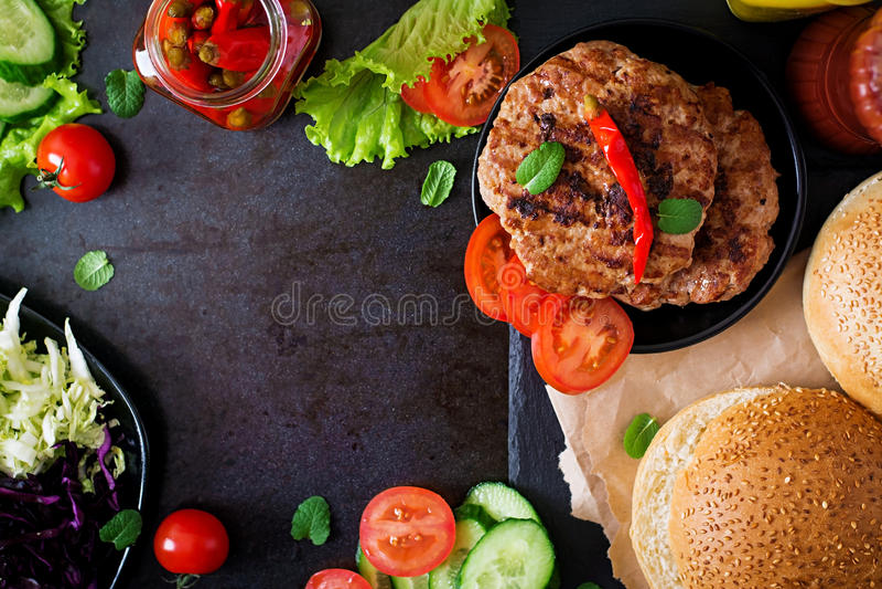 Serrez l'hamburger avec les hamburgers, le fromage et le mélange juteux du chou photo stock