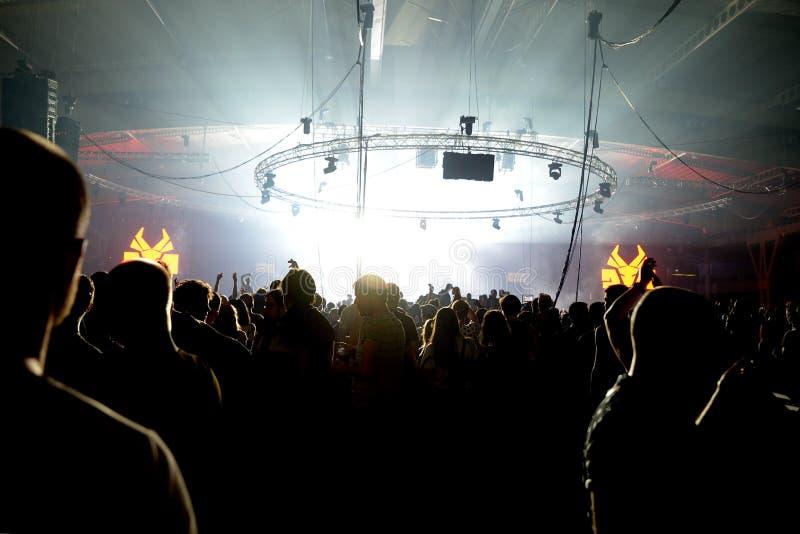 Serrez la danse dans un concert au festival de sonar image libre de droits