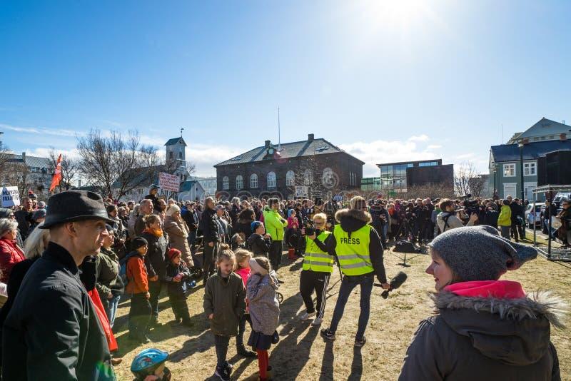 Serrez la protestation dans l'avant sur le gouvernement de l'Islande image stock