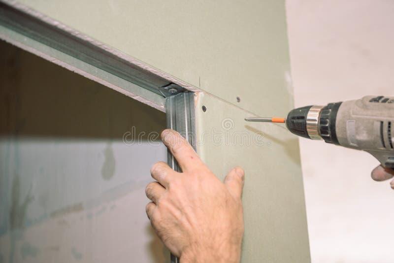 Serrez les vis Vissez les vis avec l'outil Réparation dans l'appartement Installation de porte Travail de serrurier photos stock
