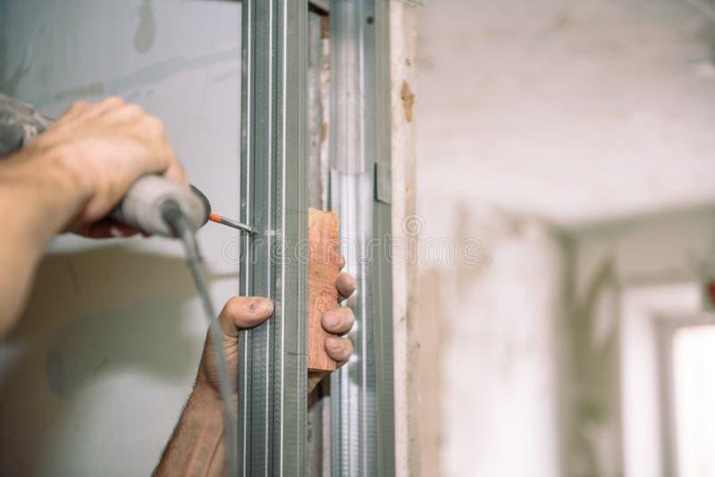 Serrez les vis Vissez les vis avec l'outil Réparation dans l'appartement Installation de porte Travail de serrurier images stock