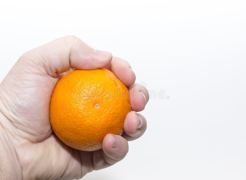 Serrez une orange tiennent à disposition une orange à disposition photo stock