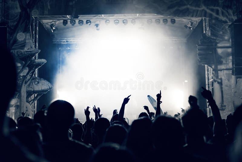 Serrez-vous à un concert de musique, assistance soulevant des mains, modifié la tonalité photos libres de droits