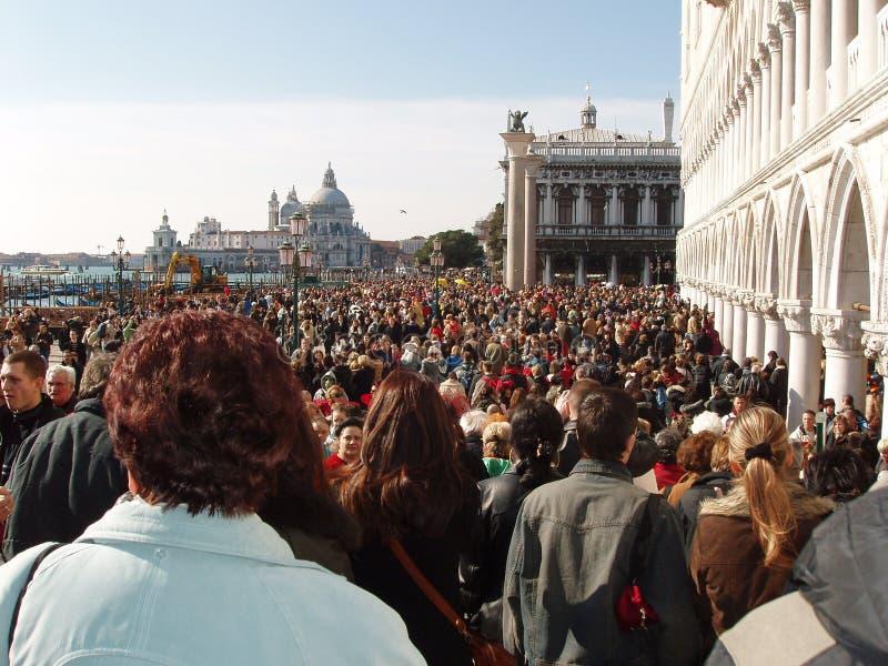 Serrez-vous chez Piazza San Marco pendant le carnaval de Venise, milliers photographie stock libre de droits