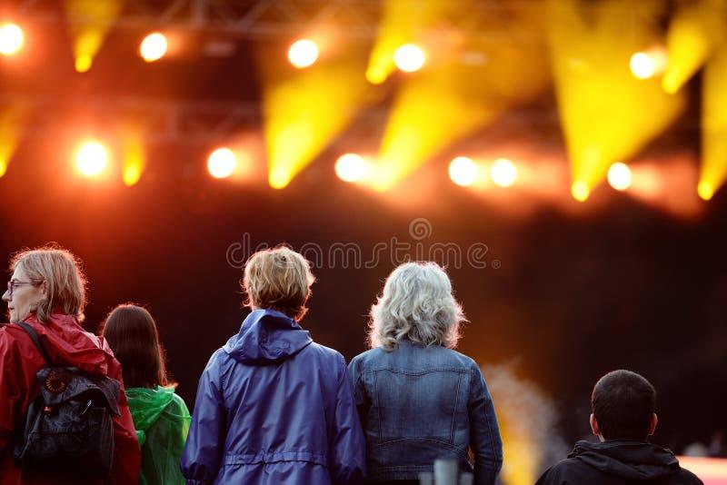 Serrez-vous (fans) en observant un concert au festival 2014 de bruit de Heineken Primavera photographie stock libre de droits