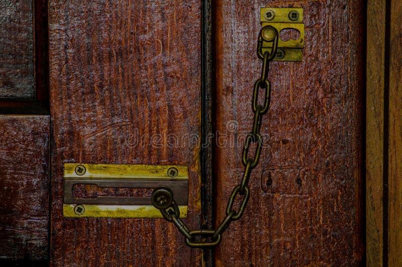 Serrure à chaînes sur la porte photos stock
