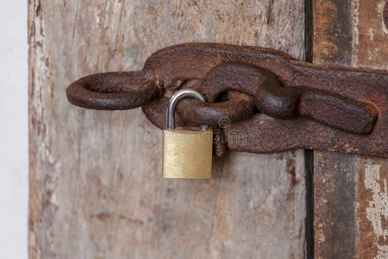 Serrure avec la porte en bois photos stock