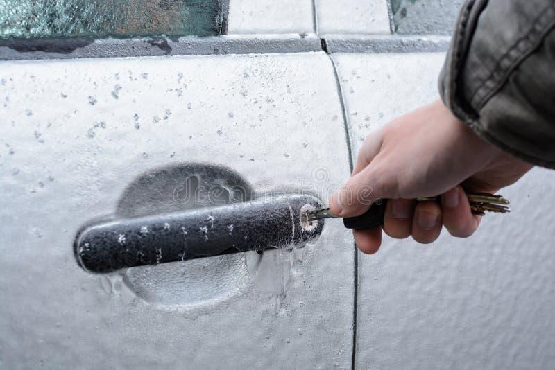 Serrure congelée s'ouvrante de voiture avec la clé photo stock