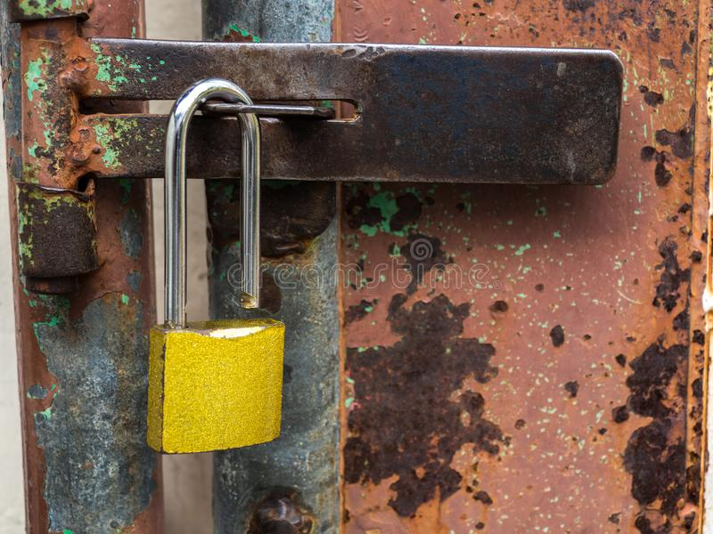 Serrure d'or à la porte en acier rouillée photos libres de droits