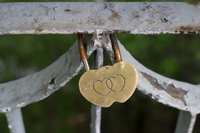 Serrure d'amour de mariage sur la barrière images libres de droits