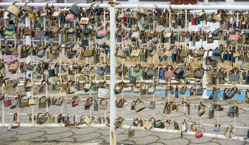 Serrure d'amour sur le pont en ville image stock