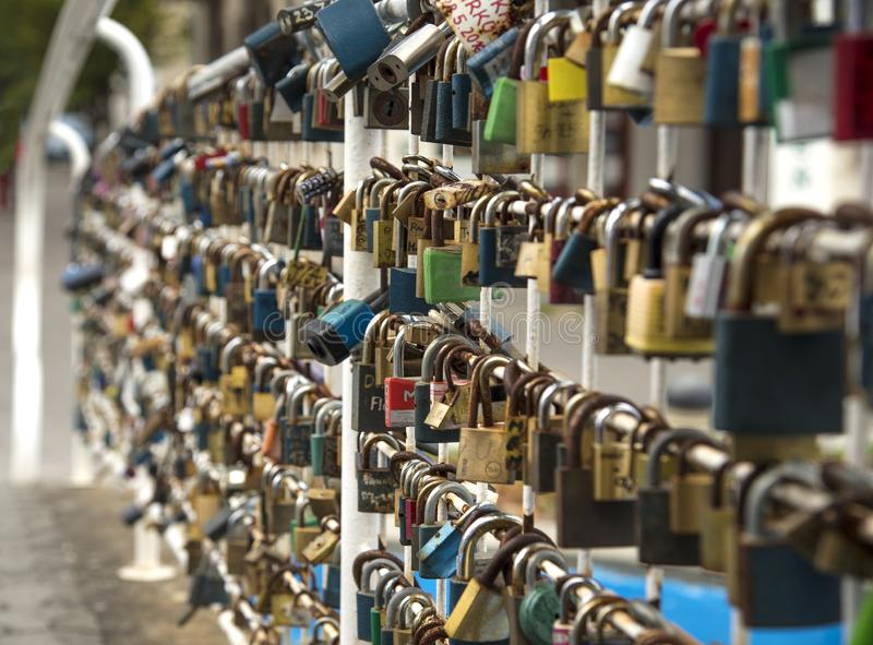 Serrure d'amour sur le pont en ville images stock