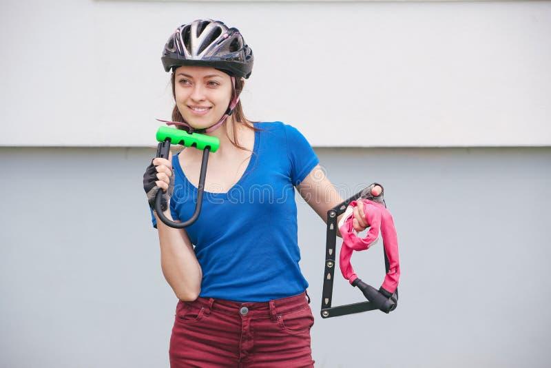 Serrure de bicyclette Allez à vélo les serrures dans les mains de la fille Parc de recyclage images stock