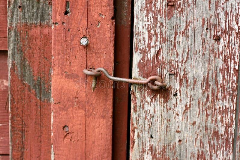 Serrure de crochet et d'oeil de fonte sur la vieille porte de grange images libres de droits