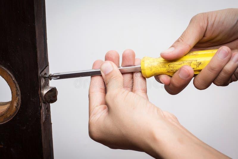 Serrure de difficulté de serrurier sur la porte en bois photo stock