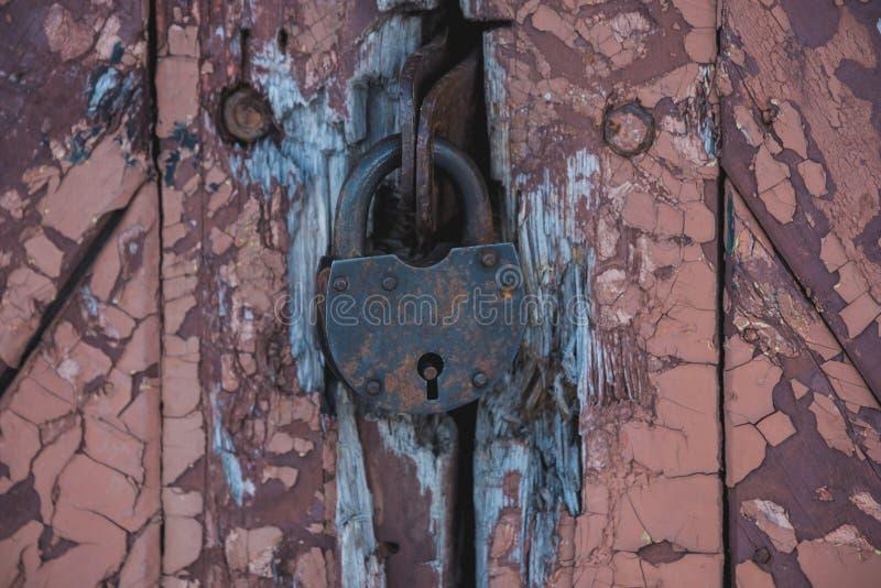 Serrure de grange sur la porte en bois photographie stock