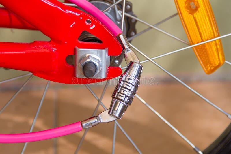 Serrure de nombre sur un vélo images stock