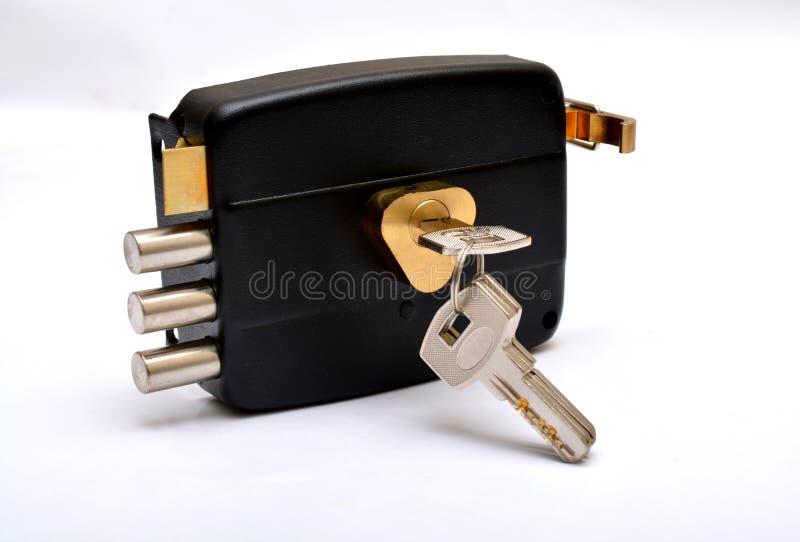 Serrure de porte avec des clés d'isolement sur la sécurité blanche photographie stock