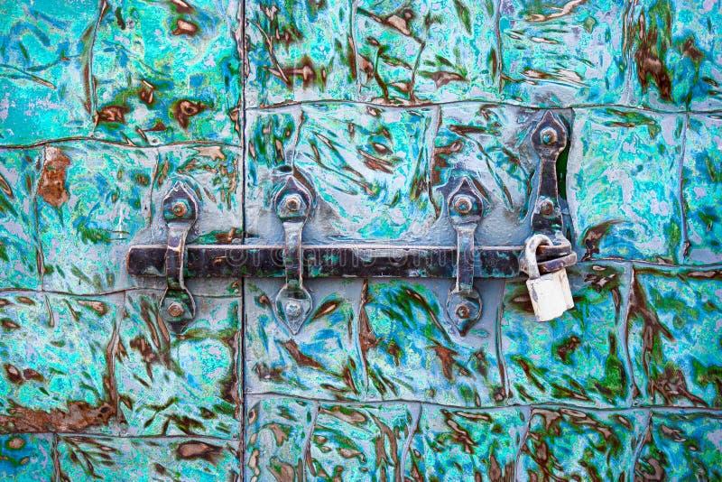 Serrure en acier sur la porte verte rouillée en métal images stock