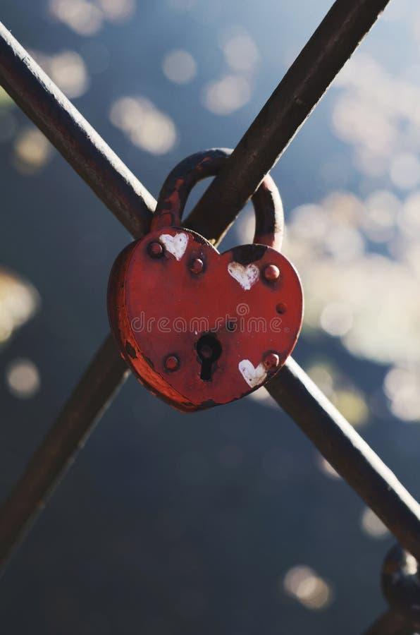 Serrure en forme de coeur de mariage sur la barrière en métal photo stock