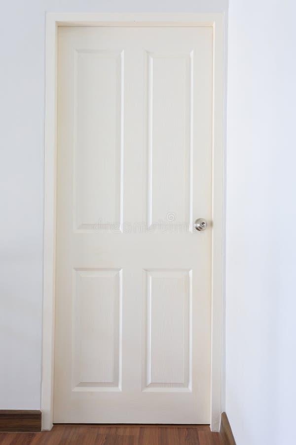 Serrure fermée et argentée de porte en bois blanche de carreau de bouton image stock