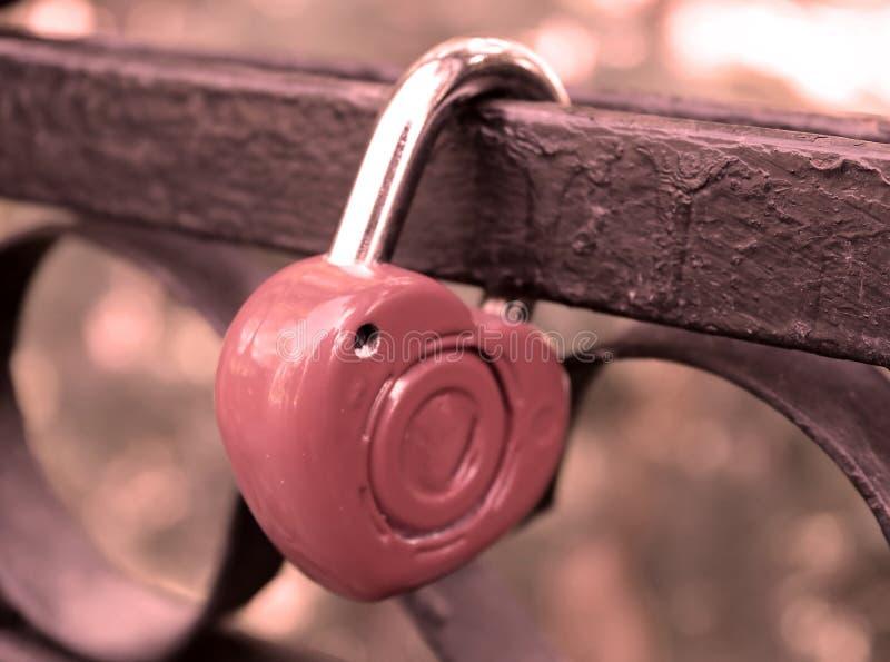 Serrure rouge d'amour de coeur sur le pont image libre de droits