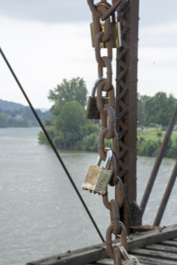 Serrures d'amour sur le pont photographie stock libre de droits