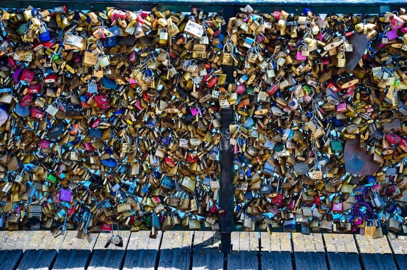 Serrures d'amour sur Pont des Arts Paris France image libre de droits