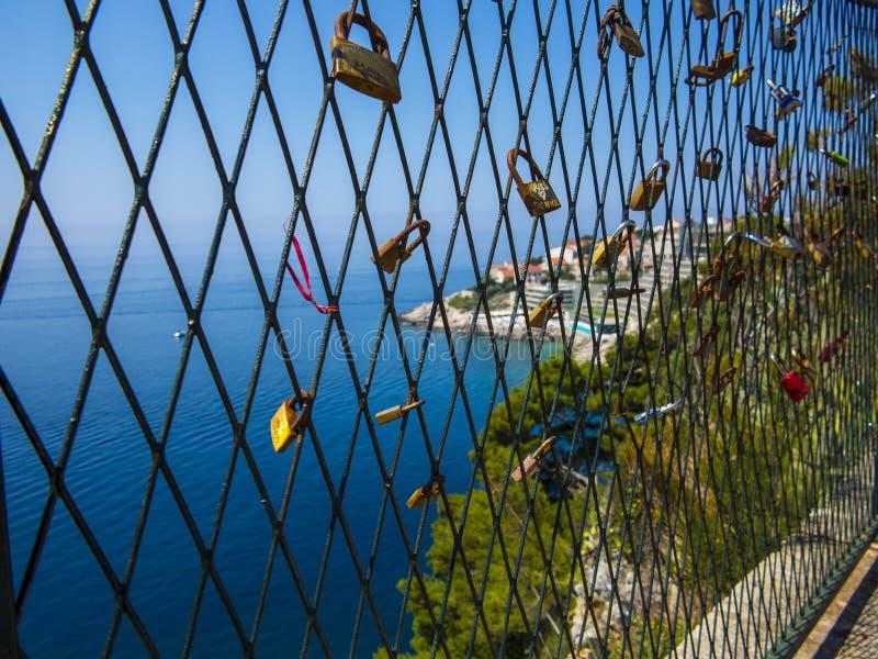 Serrures d'amour, vieille ville de Dubrovnik photo libre de droits