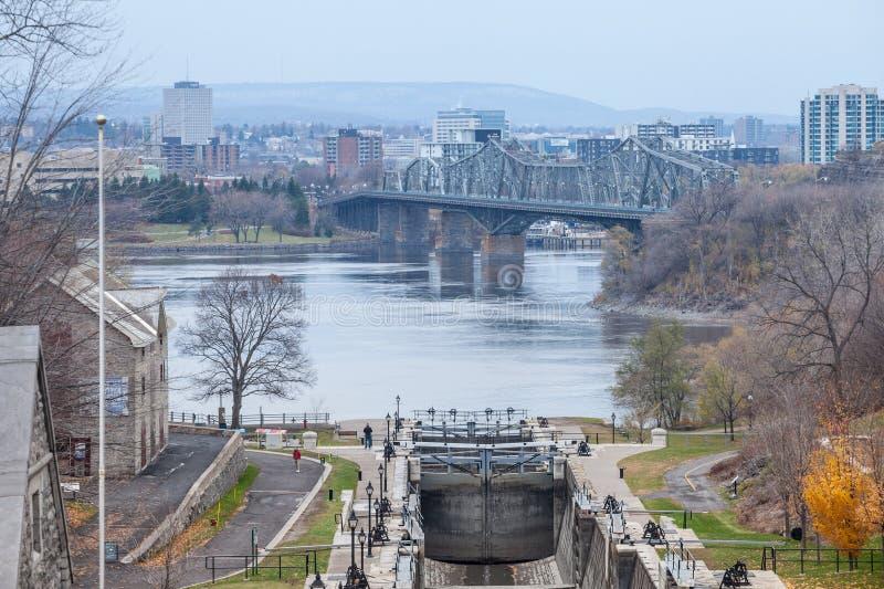 Serrures de canal de Rideau ? Ottawa, Ontario, avec le pont du fleuve StLaurent, d'Alexandra et la ville de coque de Gatineau ? l photos stock