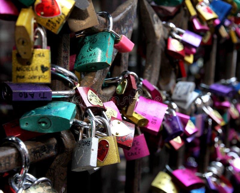Serrures de l'amour dans la porte de la Chambre de Romeo et de Juliet au VE image stock