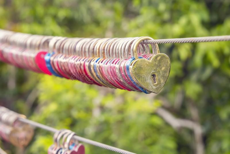 Serrures de l'amour sous forme de coup de coeur sur un câble en acier images stock