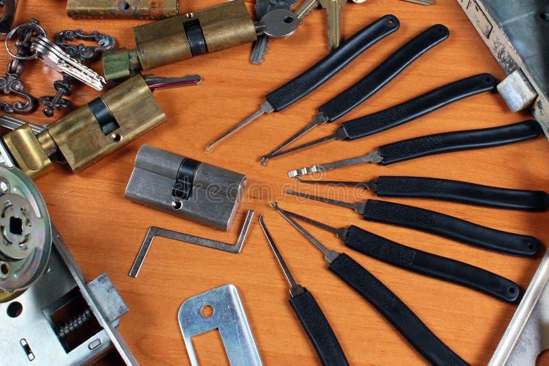 Serrures et lockpicks à l'atelier du ` s de serrurier photo libre de droits