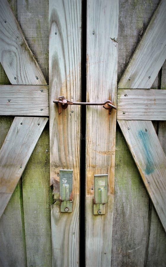 Serrures sur des portes de grange image libre de droits