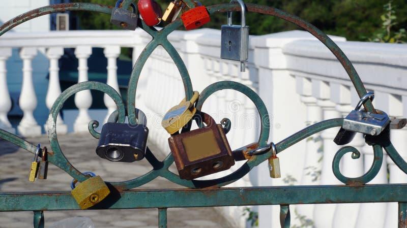 Serrures sur une barrière en métal photos stock